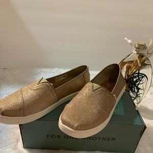 Toms rose gold glimmer youth clasic size 5